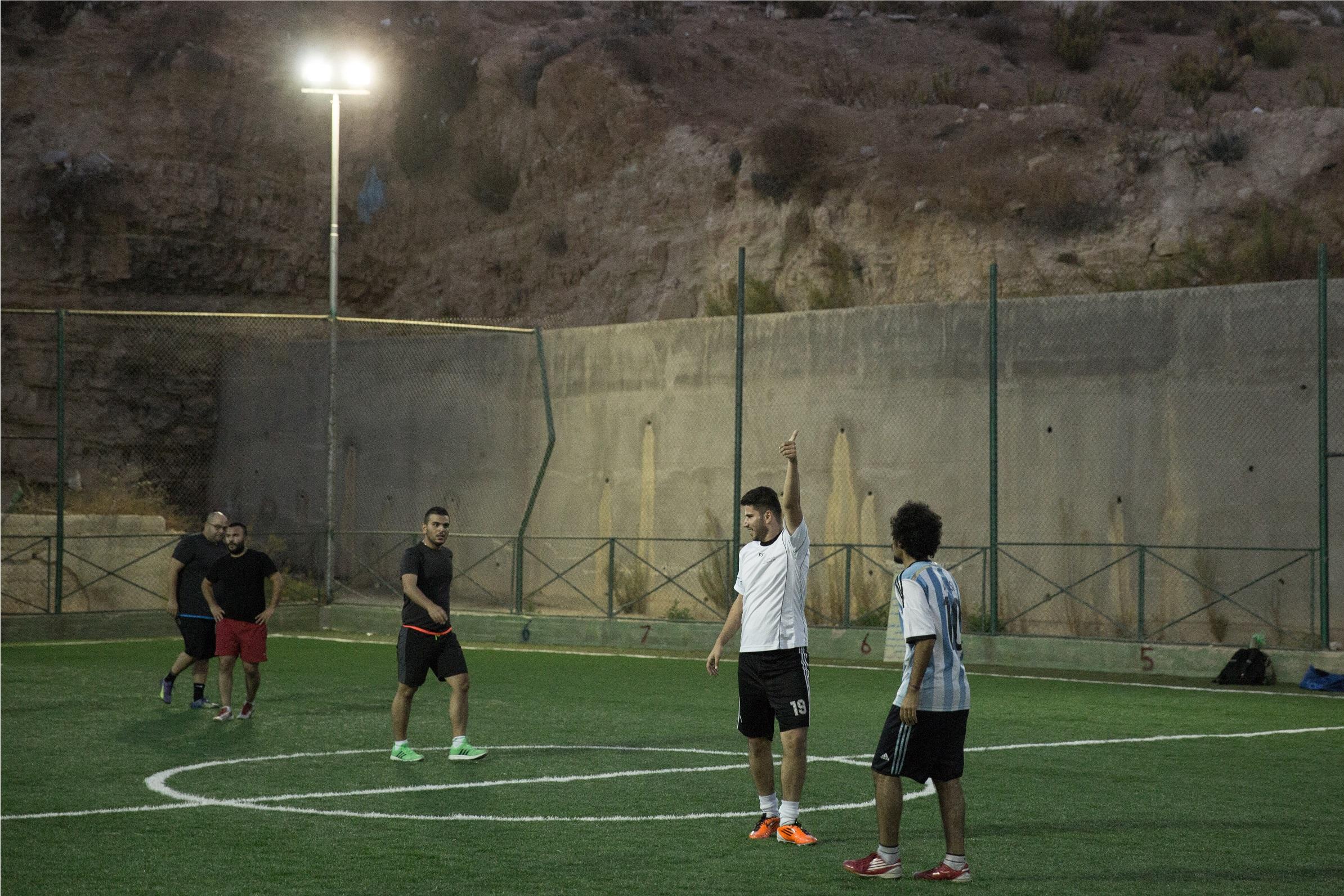 مجدي يلعب كرة القدم مع أصدقائه